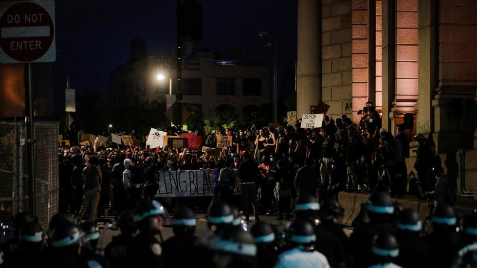 Crowd Chants  U2018de Blasio  Resign U2019 After Police Block 100s