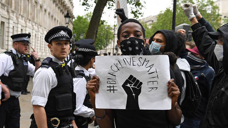 Police form a barrier outside Downing street during an anti-racism protest in London after George Floyd died in Minneapolis © AFP/DANIEL LEAL-OLIVAS