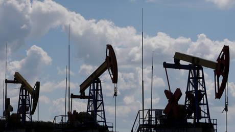 Pump jacks are seen at the Ashalchinskoye oil field owned by Russia's oil producer Tatneft in Tatarstan, Russia © Reuters / Sergei Karpukhin