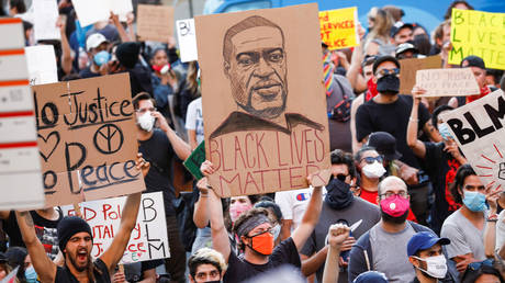 A demonstrator holds a placard depicting George Floyd during a protest in Los Angeles, California, June 3, 2020 © Reuters / Patrick T. Fallon