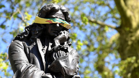 The statue to Edward Colston is seen with a blindfold on April 21, 2020 in Bristol, United Kingdom. © Getty Images / Finnbarr Webster