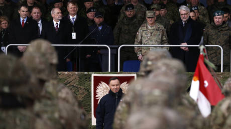 FILE PHOTO. Polish President Andrzej Duda (c) welcomes NATO troops. ©REUTERS / Kacper Pempel