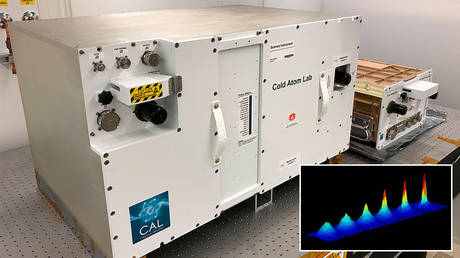 Main: The Cold Atom Laboratory (CAL); insert: Bose-Einstein condensate © NASA