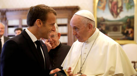 Pope Francis exchanges gifts with French President Emmanuel Macron during private audience at the Vatican, June 26, 2018. © Pool via Reuters/Alessandra Tarantino/ file photo