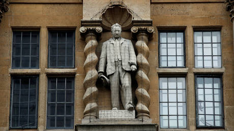 A statue of Cecil Rhodes is seen outside Oriel College in Oxford. © Reuters / Andy Couldridge