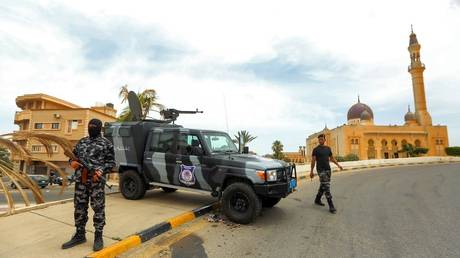 GNA security forces stand at a checkpoint in the town of Tarhuna, Libya, June 11, 2020 © AFP / Mahmud Turkia