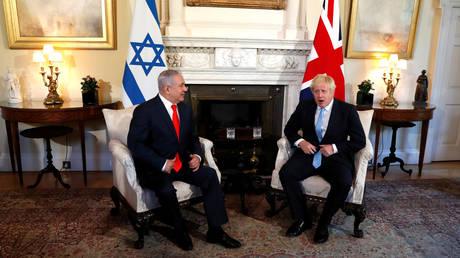 Britain's Prime Minister Boris Johnson welcomes Israel's Prime Minister Benjamin Netanyahu at Downing Street in London. © Reuters / Alastair Grant