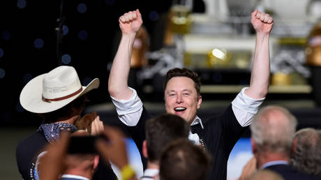 FILE PHOTO: SpaceX CEO Elon Musk celebrates after the launch of a SpaceX Falcon 9 rocket and Crew Dragon spacecraft on NASA's SpaceX Demo-2 mission in Cape Canaveral, Florida, U.S. May 30, 2020. © REUTERS/Steve Nesius