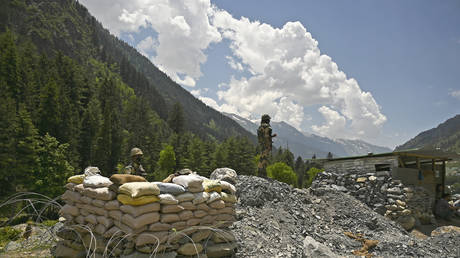 Indian soldiers guard a highway leading towards Leh, bordering China, in Gagangir, India. June 17, 2020. © AFP / Tauseef Mustafa