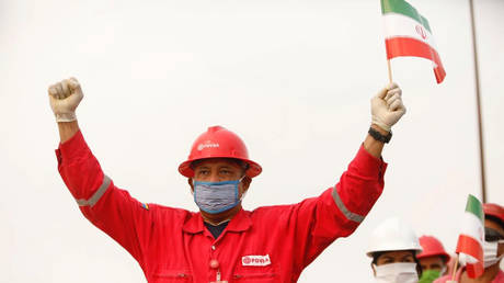 FILE PHOTO: A worker of the state-oil company PDVSA during the arrival of the Iranian tanker in Venezuela © Reuters
