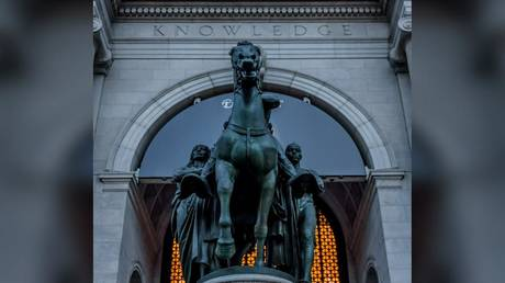The statue of Theodore Roosevelt outside the American Museum of Natural History in New York © Global Look Press/ ZUMA Press/ Erik Mcgregor