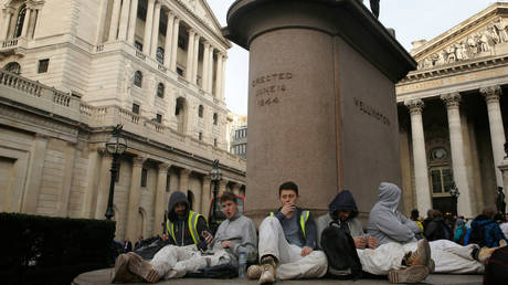 FILE PHOTO: Workers outside the Bank of England in London © Reuters /Luke MacGregor