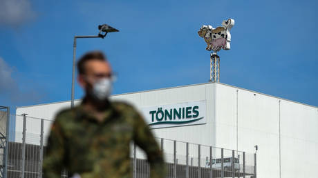 A German soldier stands outside food industry giant Tonnies Lebensmittel in Rheda-Wiedenbrueck © AFP / INA FASSBENDER
