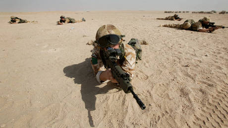 FILE PHOTO: British soldiers from 3 Para move through the Kuwaiti desert prior to the invasion of Iraq, March 18, 2003 © Reuters / Dan Chung