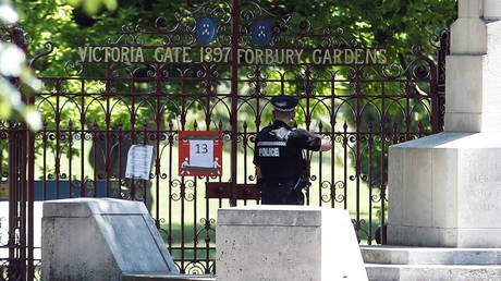 A police officer is pictured in front of the gate of Forbury Gardens, where multiple stabbings took place, in Reading, Britain on June 23, 2020. © REUTERS/Peter Nicholls