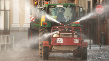 Farmers in tractors disinfect a street in downtown Ronda, southern Spain. © Reuters / Jon Nazca