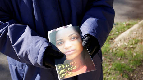 Anti-abortion protester hands out pamphlets outside Louisiana abortion clinic © Reuters / Liliana Engelbrecht