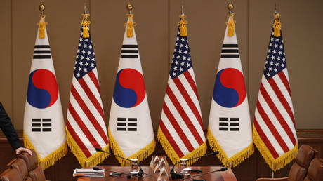 Flags inside presidential Blue House in Seoul © AFP/ POOL / KIM HONG-JI