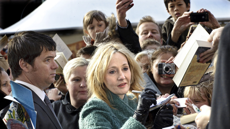 Online schism divides Harry Potter lovers after fan sites distance themselves from 'transphobic' J.K. Rowling