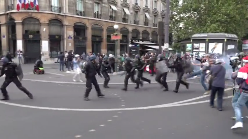 Tear gas deployed as anti-govt protesters clash with police on Bastille Day (VIDEO)