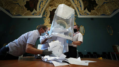 Members of a local electoral commission empty a ballot box at a polling station following a seven-day nationwide vote on constitutional reforms in Moscow. © Reuters / Evgenia Novozhenina