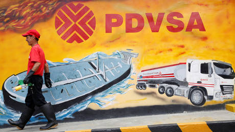 FILE PHOTO: A mural with a PDVSA logo at its gas station in Caracas © Reuters / Carlos Garcia Rawlins