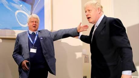 (L) Stanley Johnson, father of (R) British PM Boris Johnson © AFP / Tolga AKMEN