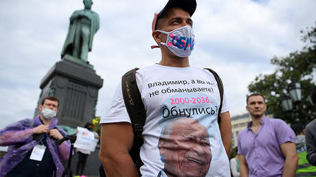 A man wearing a T-shirt with an aged image of Russian President Vladimir Putin protests against amendments to the Constitution of Russia on Pushkinskaya Square in downtown Moscow on July 1, 2020 © AFP / Kirill KUDRYAVTSEV