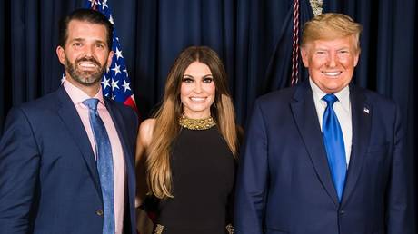 Kimberly Guilfoyle with Donald Trump Jr (L) and US President Donald Trump (R). © @kimberlyguilfoyle / Instagram