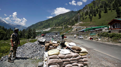 FILE PHOTO: India's Border Security Force (BSF) soldiers stand guard at a checkpoint along a highway leading to Ladakh, at Gagangeer in Kashmir's Ganderbal district June 17, 2020 © REUTERS/Danish Ismail