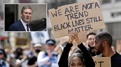 (T-L) Labour leader Keir Starmer © REUTERS/Simon Dawson (Main) A protester holds up a sign during a Black Lives Matter march © REUTERS/Toby Melville