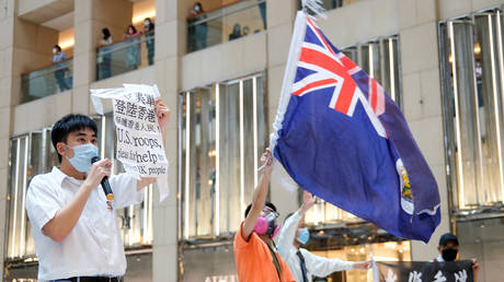 FILE PHOTO. A demonstrator in Hong Kong waves the British colonial flag. ©REUTERS / Tyrone Siu