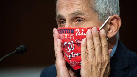 FILE PHOTO. Anthony Fauci adjusts his face mask during a Senate hearing on Covid-19. © Pool via REUTERS / Al Drago