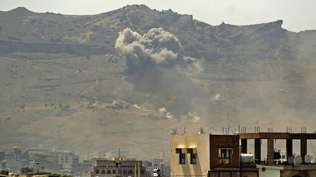 Smoke billows following a reported airstrike by the Saudi-led coalition in the Yemeni capital Sanaa © AFP/MOHAMMED HUWAIS