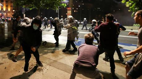 Demonstrators clash with police in Belgrade. © Reuters / Marko Djurica
