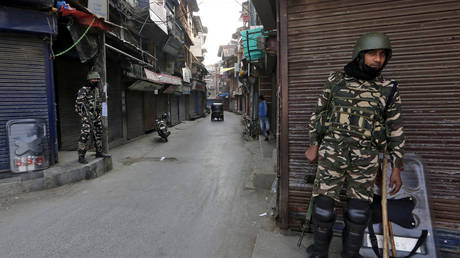 FILE PHOTO: Indian security force personnel stand guard in front closed shops in a street in Srinagar, Kashmir, October 30, 2019 © Reuters / Danish Ismail