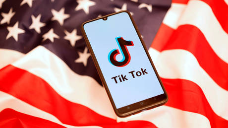 The TikTok logo displayed on a smartphone in front of theUS flag November 8, 2019 © Reuters / Dado Ruvic