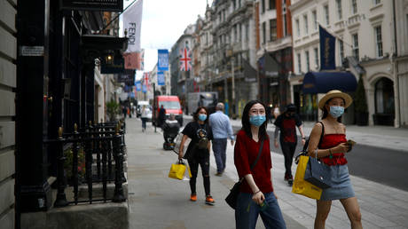 People wearing protective face masks walk along New Bond Street, as shops re-open amid the coronavirus disease (COVID-19) outbreak, in London, Britain June 15, 2020. © REUTERS/Henry Nicholls