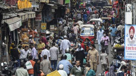 Pedestrians and vehicles jostle for space in a crowded street at Chawri Bazar market, on July 8, 2020 in New Delhi, India. © Getty Images / Hindustan Times / Biplov Bhuyan