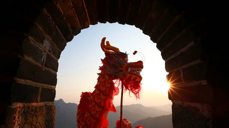 FILE PHOTO: Performers take part in a dragon dance at the Mutianyu section of the Great Wall of China © Reuters / Bu Xiangdong