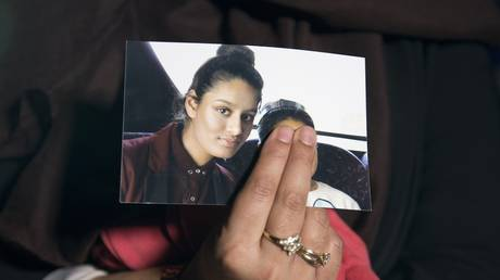 FILE PHOTO Renu, eldest sister of missing British girl Shamima Begum, holds a picture of her sister while being interviewed by the media in central London, on February 22, 2015. © AFP / POOL / LAURA LEAN