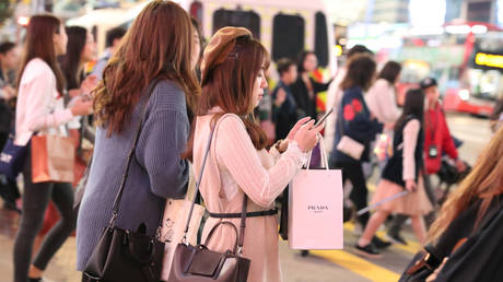 FILE PHOTO: Shoppers outside Causeway Bay shopping mall in Hong Kong, China © Reuters / Lucy Nicholson