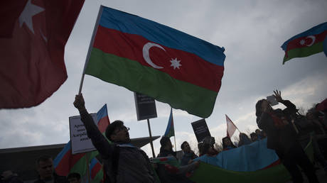 Azeri & Armenian protesters clash in London as tensions between neighbors continue to mount (VIDEO)