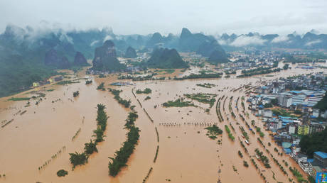 The flooded Yangshuo town by the overflowing Li River, against the backdrop of the karst landscape in Guangxi Zhuang Autonomous Region, China, June 7, 2020. © Reuters / Chen Yan