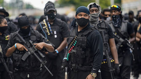 Members of an all-black militia group called NFAC prepare for a march during a rally, in Louisville, Kentucky,July 25, 2020 © Reuters / Bryan Woolston