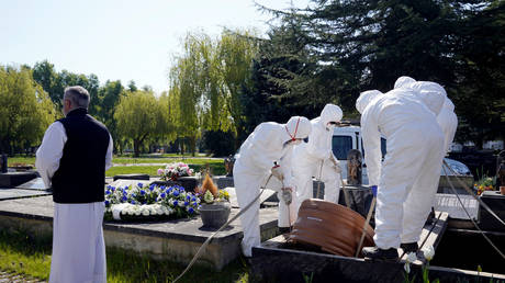 FILE PHOTO: Funeral of a victim of coronavirus disease (COVID-19) in Vitoria, Spain, March 27, 2020. ©Reuters/Vincent West