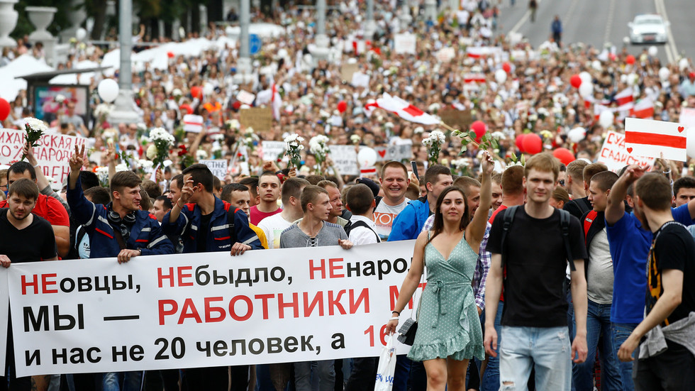 Thousands of workers march to Belarus parliament from Minsk tractor factory as protests intensify (VIDEOS)