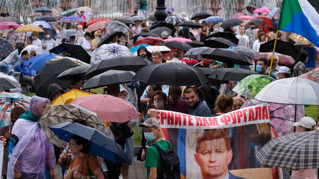 As rain falls & holiday season begins, Khabarovsk protests start to peter out. But thousands still march in support of ex-governor