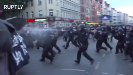 18 officers injured in clashes with Berlin anti-mask protesters (VIDEOS)