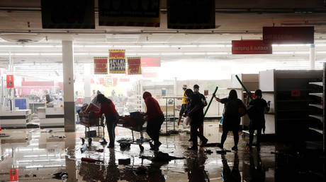 Looters walk through a destroyed K Mart during demonstrations following the death of George Floyd ©Reuters / Lucas Jackson